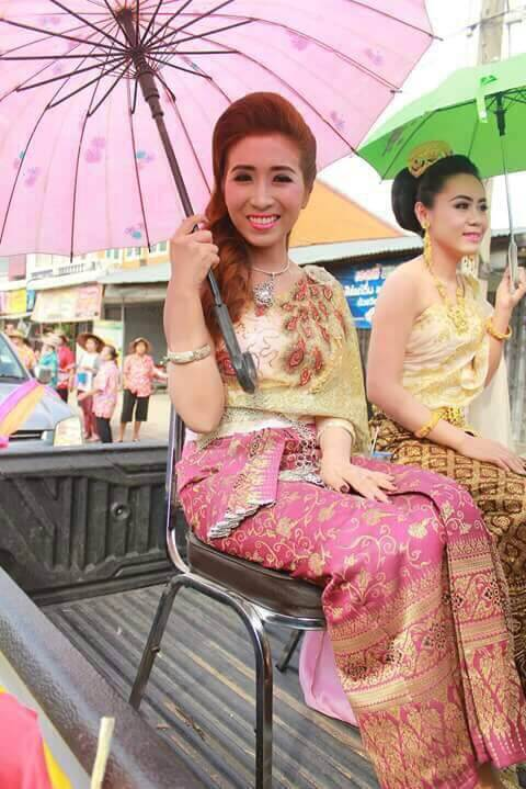 Teacher Pear dressed up in Thai costume to join Songkran parade in her hometown. :)