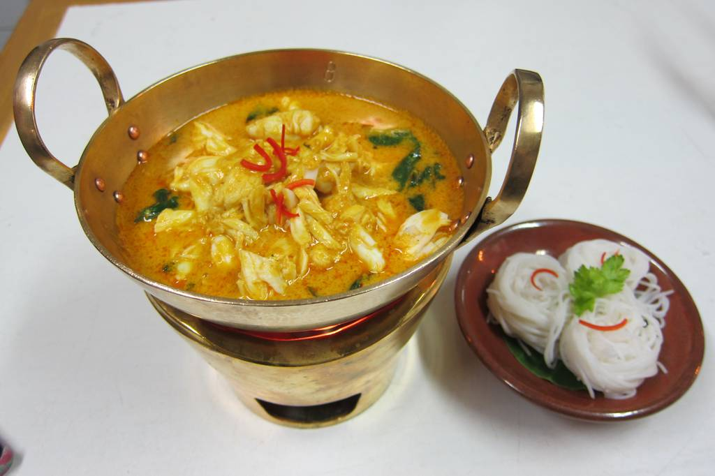 แกงคั่วเนื้อปูใบชะพลู Turmeric scented crab meat yellow curry with Betel leave served with traditional rice noodles