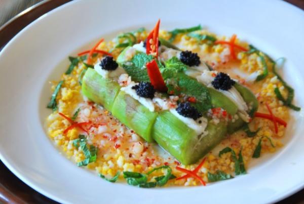 ยำมะเขือย่างเนื้อปูไข่ปลาคาร์เวียร์ (Grilled Thai aubergine and crab meat salad in a lime and shallot caviar vinaigrette, B 250)